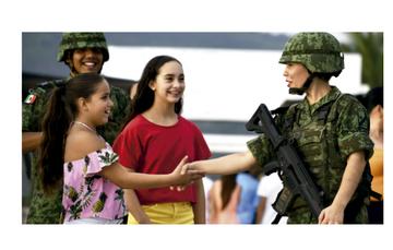 Niñas saludando a soldado del ejército mexicano