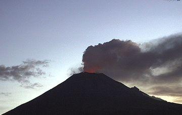 En las últimas 24 horas por medio de los sistemas de monitoreo del volcán Popocatépetl se identificaron 221 exhalaciones, tres explosiones menores, 323 minutos tremor y cuatro sismos volcanotectónicos.