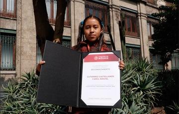 Carol Kristel Gutiérrez Castellanos, alumna del Conafe, recibe reconocimiento en manos del presidente Andrés Manuel López Obrador y de su esposa Beatriz Gutiérrez Müller.