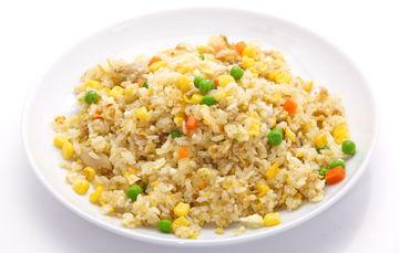 Es el que se obtiene después del descascarillado y posterior blanqueo y pulido del grano de arroz. Es la variedad más consumida, pero presenta menos vitaminas y proteínas que el arroz integral.