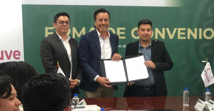 Firma de convenio entre el Imjuve y el gobierno de Veracruz.