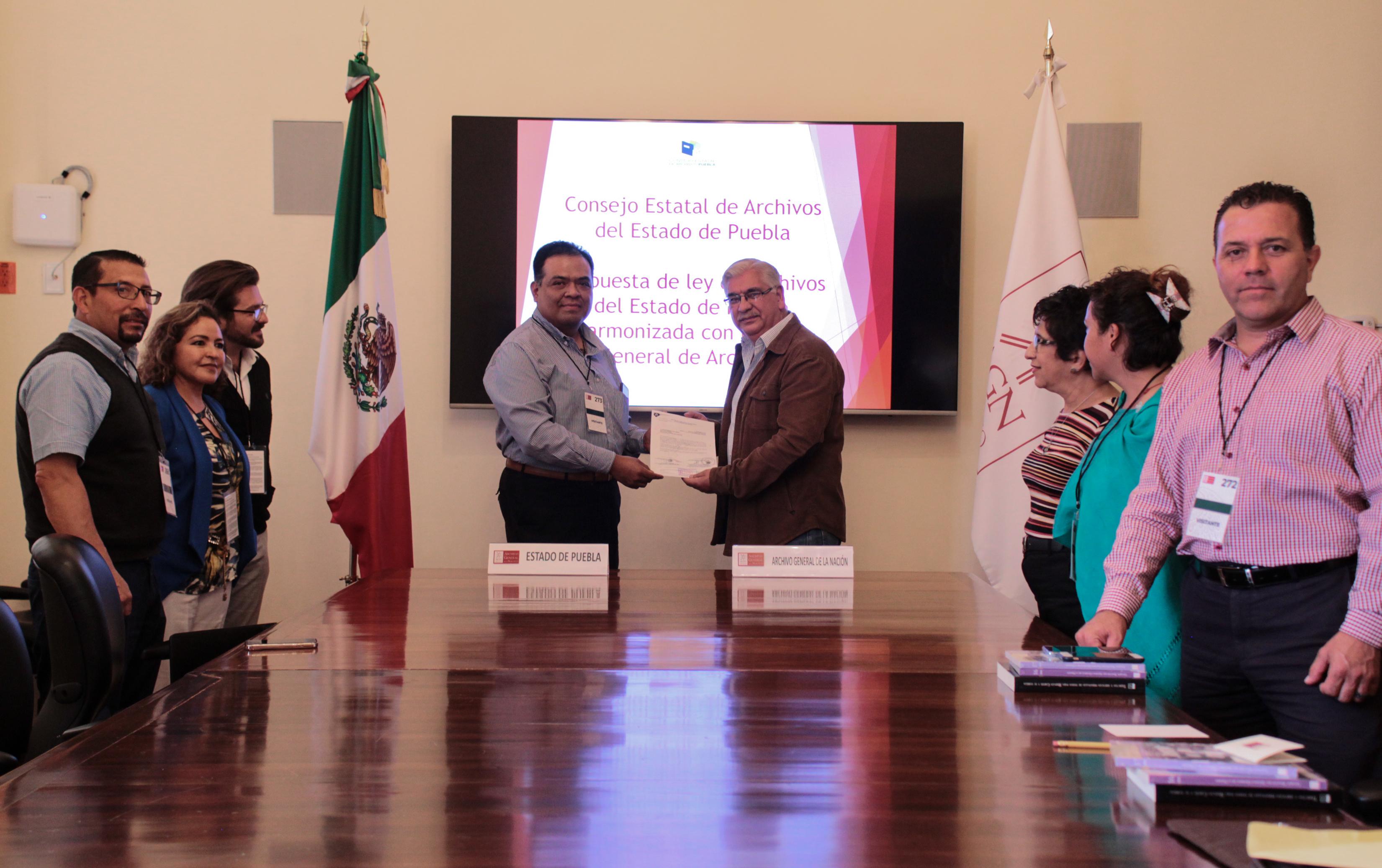 Director del Archivo General del Estado de Puebla entrega al director del AGN propuesta de ley estatal de Archivos