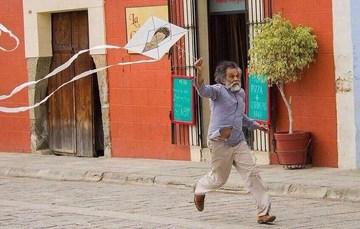 Francisco Toledo volando papalotes.