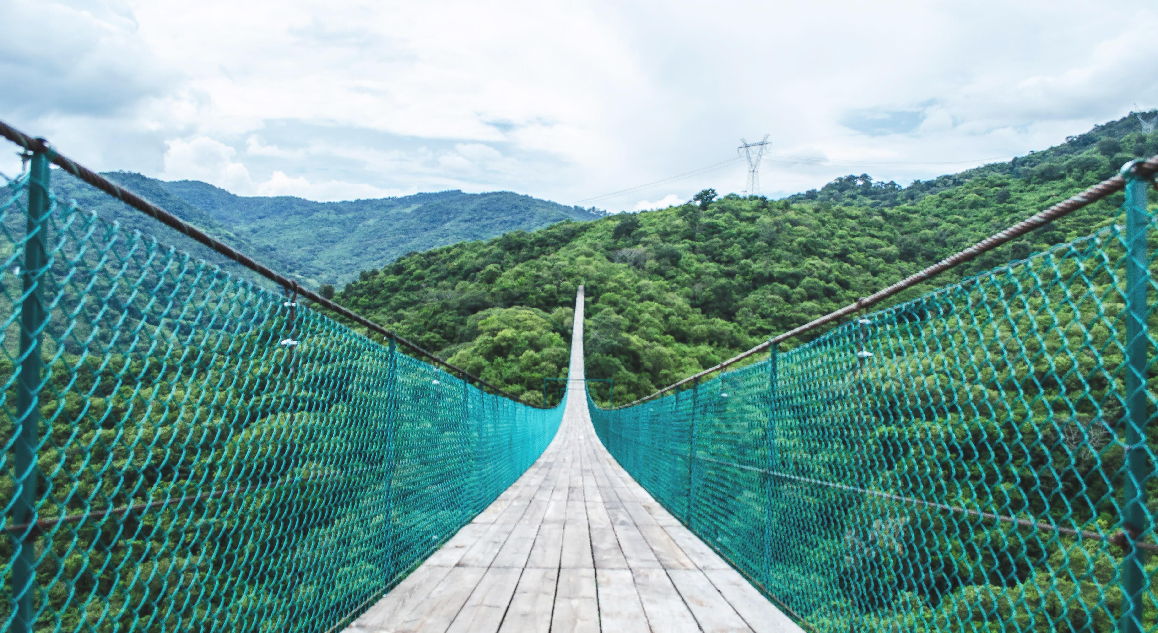 """Puente colgante en el Parque Ecológico """"Mundo Aventura"""", Mazamitla, Jalisco."""