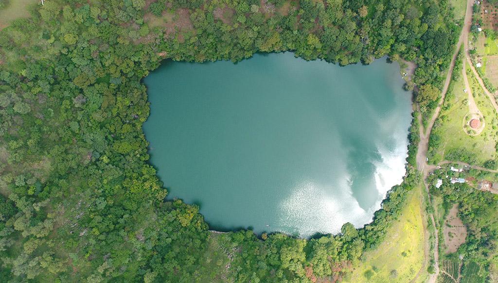 La Alberca, un pequeño lago, un cráter de volcán apagado, rodeado de pinos y encinos en Tacámbaro de Codallos, Michoacán.