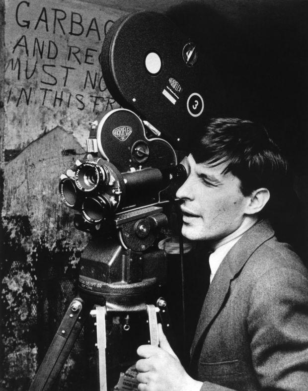 Joven grabando con una cámara de vídeo antigua, foto en blanco y negro