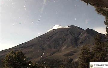 Por medio de los sistemas de monitoreo del volcán Popocatépetl se identificaron 153 exhalaciones, acompañadas de gases y ligeras cantidades de ceniza. Además, se registraron tres explosiones moderadas.