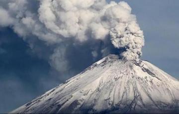 Cuando el volcán expulsa ceniza, vapor de agua y gases volcánicos a gran velocidad y de forma vertical, a este fenómeno se le conoce como explosión