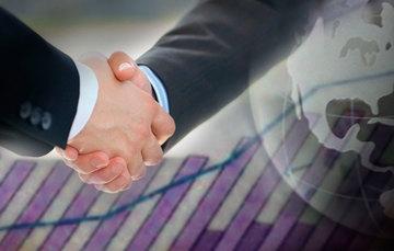 Foto de dos manos tomadas cerrando un trato