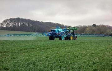 El rociado agroindustrial de químicos de alta toxicidad afecta la salud humana y los ecosistemas.
