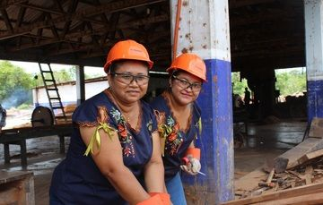 Mujeres mayas en su empresa que procesa residuos de madera para elaborar artesanías