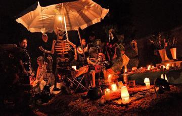 En el interior de un bosque de pino y encino que se encuentra al sur de la Ciudad de México,  se sitúa la población San Antonio Tecomitl, una de las poblaciones con más tradiciones durante la celebración del Día de Muertos