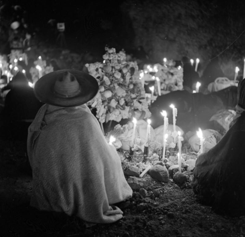 Hombre indígena vela una tumba en la noche de muertos, por Nacho López.