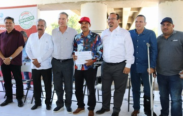 El titular de la Conapesca, Raúl Elenes Angulo, y el gobernador de Sinaloa, Quirino Ordaz Coppel, entregaron motores marinos, pangas, hieleras y sistemas GPS.