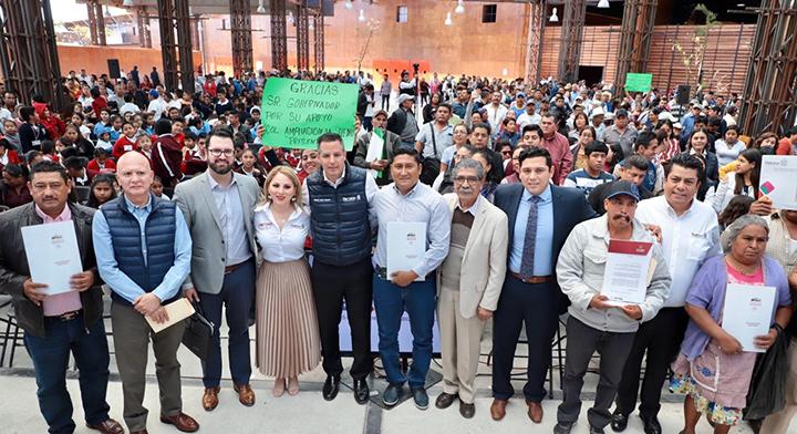 El gobernador Alejandro Murat Hinojosa, junto con el director en jefe del Registro Agrario Nacional (RAN), Plutarco García Jiménez, y autoridades presentes durante el evento de entrega.
