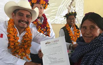 El Comisionado del RAN en Veracruz, Ulises Chávez Flores, entrega documento del Gobierno de México a Doña Herlinda.