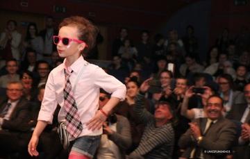 Concursos de belleza, niñas maquilladas o niños bailando canciones en posiciones sexualizadas puede parecer algo gracioso para algunas personas adultas; no obstante, representa una forma de violencia contra niñas, niños y adolescentes.