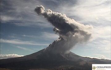 Por medio de los sistemas de monitoreo del volcán Popocatépetl se identificaron 155 exhalaciones y 296 minutos de tremor, que han sido acompañados por la emisión gases volcánicos y ceniza.