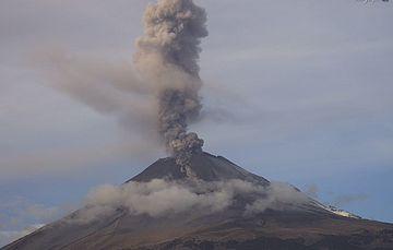 Por medio de los sistemas de monitoreo del volcán Popocatépetl se identificaron 194 exhalaciones y 328 minutos de tremor, estos eventos han sido acompañados por la emisión de gases volcánicos y ceniza.