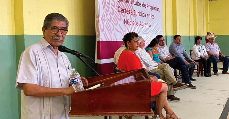 El director en jefe del RAN, Plutarco García Jiménez, dirige un discurso a ejidatarios de Papantla, Veracruz.