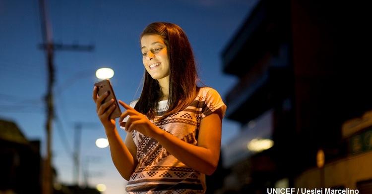 Adolescente usa su teléfono inteligente.