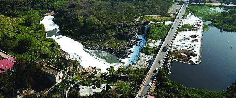 Imagen aérea del contaminado río Santiago en El Salto, Jalisco.