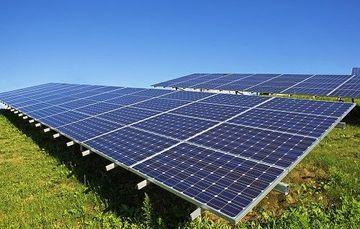 Las energías renovables permiten crear granjas solares, microturbinas eólicas, microhidroeléctricas, biodigestores, etcétera mediante empresas públicas y/o privadas gestando, por ejemplo, centrales termosolares.