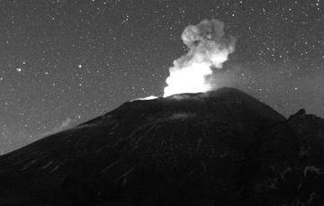 Por medio de los sistemas de monitoreo del volcán Popocatépetl se identificaron 248 exhalaciones y 395 minutos de tremor, estos eventos estuvieron acompañados por la emisión de gases y ligeras cantidades de cenizas que se dispersaron al noroeste.