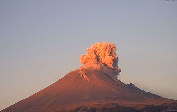 Por medio de los sistemas de monitoreo del volcán Popocatépetl se identificaron 206 exhalaciones, cuatro explosiones menores ayer a las 13:10, 14:41y 15:07 h, y el día de hoy a las y 04:13 h.