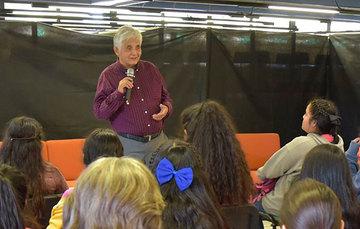 Los asistentes a la conferencia, incluidas las alumnas de la secundaria, se mostraron muy interesados en la conferencia sobre la literatura en el entorno Zapatista.