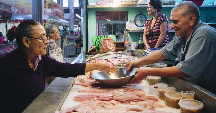 Con el inicio de este periodo de mayor consumo de pescados y mariscos en el país, inició Conapesca acciones de revisión y verificación en los principales centros de comercialización de productos pesqueros.