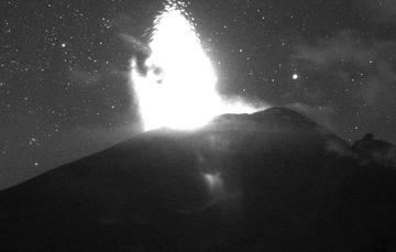 En las últimas 24 horas mediante los sistemas de monitoreo del volcán Popocatépetl se identificaron 145 exhalaciones. Las emisiones presentaron contenido bajo de ceniza y se dispersaron al este noreste.