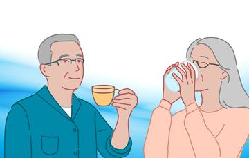 Dos personas mayores tomando agua.