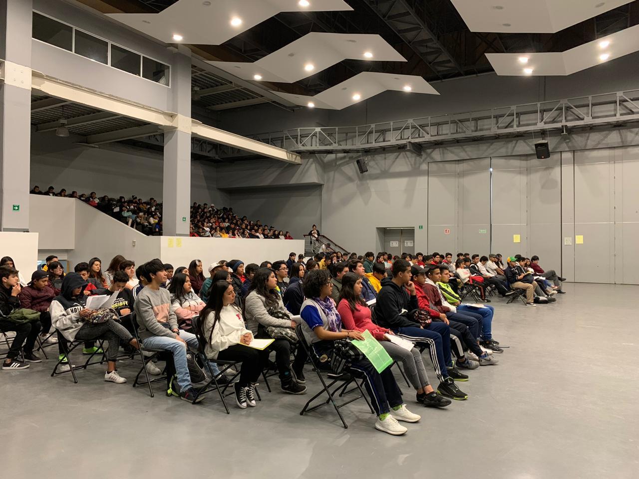 Estudiantes de Educación Media Superior de la Ciudad de México reciben Beca Universal.