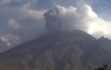 Por medio de los sistemas de monitoreo del volcán Popocatépetl se identificaron 71 exhalaciones de baja intensidad, 105 minutos de tremor y una explosión menor