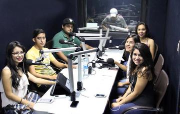 Participa en proyectos de música, radio y TV para jóvenes