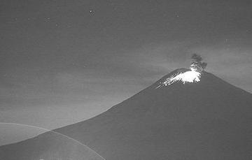 Por medio de los sistemas de monitoreo del volcán Popocatépetl se identificaron 134 exhalaciones. También se contabilizaron 608 minutos de tremor y se detecto una explosión moderada registrada ayer a las 23:00 horas.