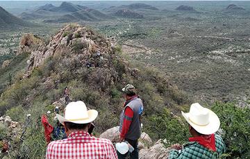 Equipo Técnico del RAN e indígenas caminan por montañas de Vícam.