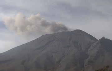 En las últimas 24 horas, mediante los sistemas de monitoreo del volcán Popocatépetl se identificaron 196 exhalaciones, dos explosiones, 477 minutos de tremor y dos sismos volcanotectónicos.