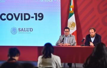 José Luis Alomía, director general de Epidemiología, y Ruy López Ridaura, director general del Centro Nacional de Programas Preventivos y Control de Enfermedades (Cenaprece), desde Palacio Nacional