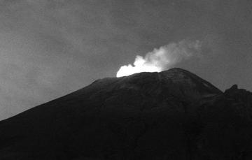 En las últimas 24 horas, mediante el sistema de monitoreo del volcán Popocatépetl se identificaron 74 exhalaciones, acompañadas por la emisión de gases volcánicos, bajas cantidades de ceniza y en en ocasiones fragmentos incandescentes.