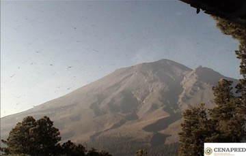 En las últimas 24 horas, mediante el sistema de monitoreo del volcán Popocatépetl se identificaron 150 exhalaciones acompañadas de vapor de agua, gases volcánicos y ligeras cantidades de ceniza. Adicionalmente se registraron 108 minutos de tremor.