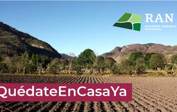 Imagen de campo sin gente, con la leyenda: #QuédateEnCasaYa.