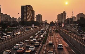 Las sociedades modernas las conforman conjuntos ruidosos de personas que se transportan en motocicletas, automóviles, aeronaves, trenes, entre otros.