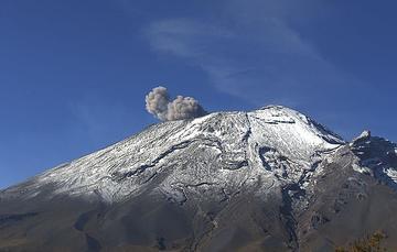 En las últimas 24 horas, mediante el sistema de monitoreo del volcán Popocatépetl se identificaron 237 exhalaciones y 215 minutos de tremor, estos eventos fueron acompañados por la emisión de gases volcánicos y en ocasiones ligeras cantidades de ceniza.