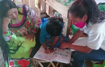 Madre de familia trabajando con su hija con el Programa Aprende en Casa.