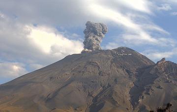 En las últimas 24 horas, mediante el sistema de monitoreo del volcán Popocatépetl se identificaron 197 exhalaciones y 164 minutos de tremor, estos eventos fueron acompañados por la emisión de gases volcánicos y en ocasiones ligeras cantidades de ceniza