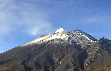 En las últimas 24 horas, mediante el sistema de monitoreo del volcán Popocatépetl se identificaron 244 exhalaciones acompañadas de gases volcánicos y en ocasiones de ligeras cantidades de ceniza, 117 minutos de tremor y un VT.