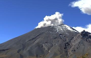 En las últimas 24 horas, mediante el sistema de monitoreo del volcán Popocatépetl se identificaron 274 exhalaciones acompañadas de gases volcánicos y en ocasiones de ligeras cantidades de ceniza.