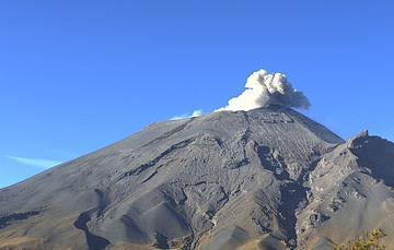 En las últimas 24 horas, mediante el sistema de monitoreo del volcán Popocatépetl se identificaron 122 exhalaciones, 113 minutos de tremor y un sismo un sismo volcanotectónico.